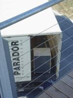 In der Box befindet sich das aufgebaute Stehpult