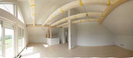 Dachgeschoss mit Fliesen und Tapeten
