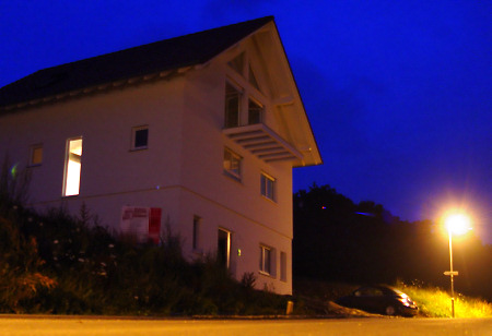 Neubau bei Nacht