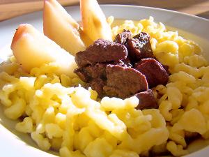 Reh-Ragout in Gewürzwein mit Birnen und Knöpfle