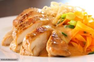 Anis-Hühnchen in Erdnusssoße mit Karotten-Bandnudeln