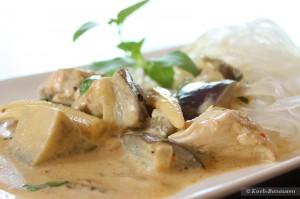 Thai Curry mit Augberginen und Thai-Basilikum